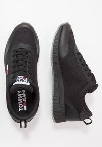 Tommy Jeans - FLEXI RUNNER - Sneakersy niskie - black - 1