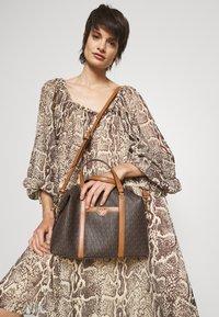 MICHAEL Michael Kors - BECK MEDIUM SATCHEL - Handbag - brown/acorn - 0