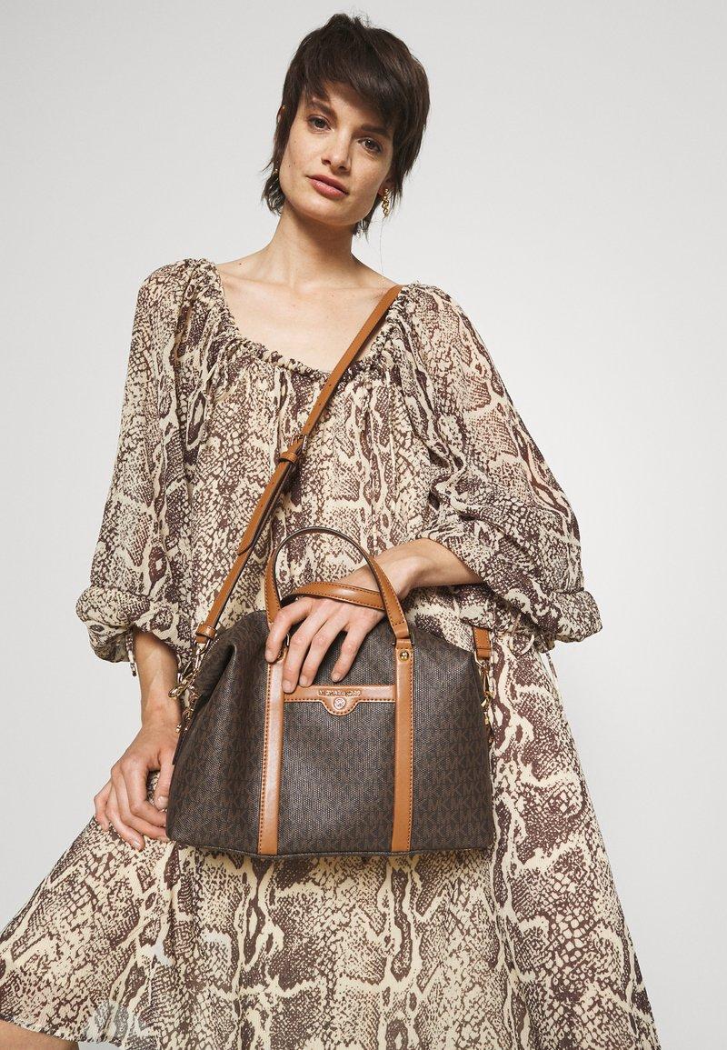 MICHAEL Michael Kors - BECK MEDIUM SATCHEL - Handbag - brown/acorn