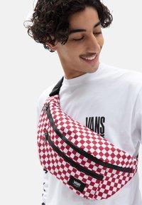 Vans - UA WARD CROSS BODY PACK - Bum bag - chili pepper checkerboard - 0