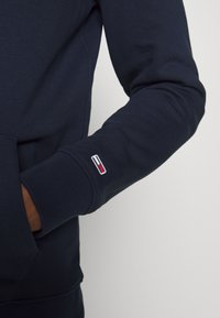 Tommy Jeans - TJM EMBROIDERED BOX HOODIE - Mikina skapucí - twilight navy - 3