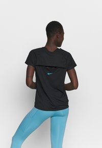 Nike Performance - ICON CLASH MILER  - T-shirts med print - black/chlorine blue - 2