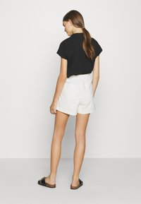 Levi's® - PLEATED UTILITY - Shorts - crisp tofu - 2