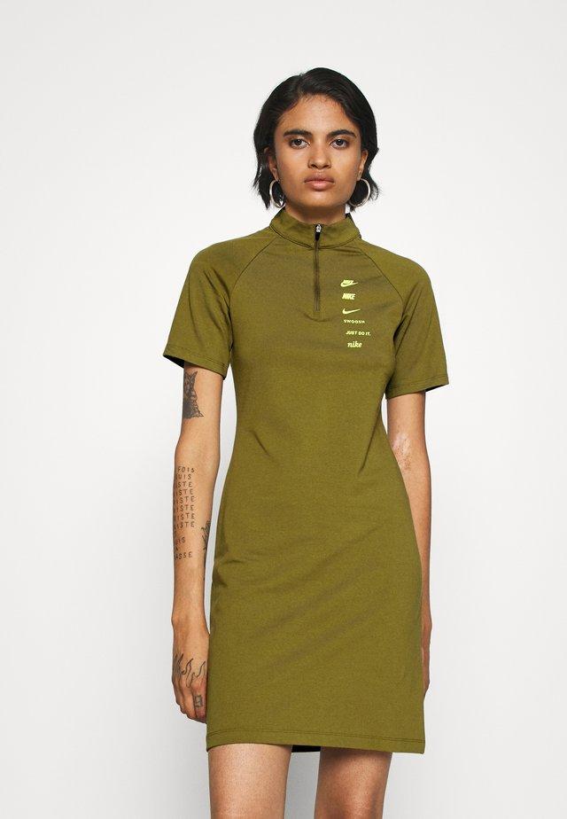 DRESS - Robe en jersey - olive flak/volt