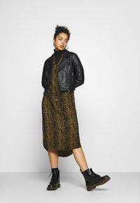 Soaked in Luxury - ZAYA DRESS - Denní šaty - olive - 1