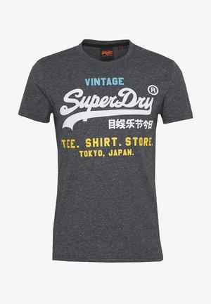 SHOP TRI TEE - Print T-shirt - classic blue feeder