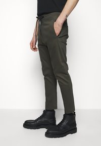 DRYKORN - JEGER - Trousers - mottled olive - 3