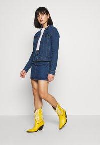 Vero Moda Petite - VMHOT SOYA JACKET - Denim jacket - medium blue denim - 1