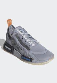 adidas Originals - NMD_R1 SPECTOO UNISEX - Sneakersy niskie - halo silver/core black - 2