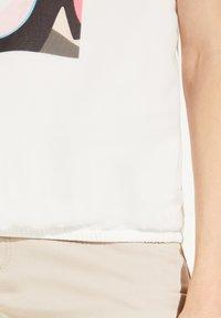 comma - Print T-shirt - white women print - 4