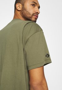 Converse - SHAPES BOX TEE UNISEX - Basic T-shirt - field surplus - 6
