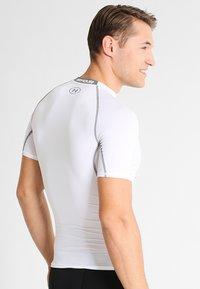 Under Armour - T-shirts med print - weiß/grau - 2