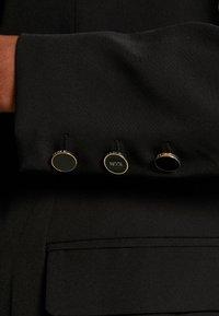 Guess - CHERYL - Krátký kabát - jet black - 6
