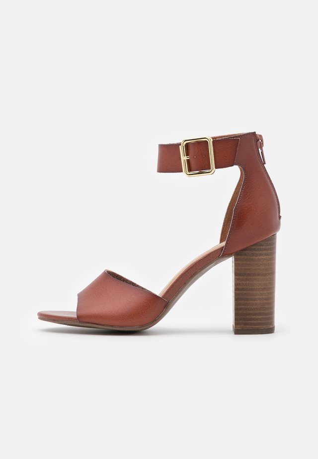 HARPERR - Sandals - cognac paris