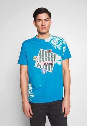 OVERPATCHED TEE - Printtipaita - blue