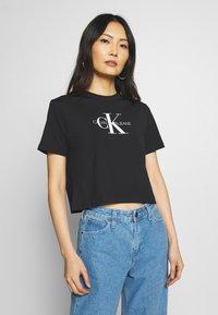 Calvin Klein Jeans - MONOGRAM MODERN STRAIGHT CROP - T-shirt con stampa - black - 0