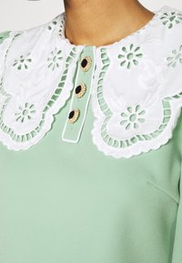 Sister Jane - TOURNAMENT COLLAR CROPPED BLOUSE - Blouse - green - 5