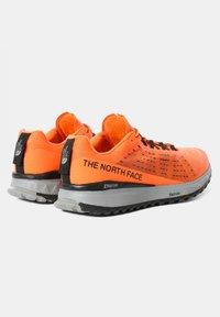 The North Face - M ULTRA SWIFT - Neutrala löparskor - shocking orange/black - 2