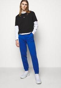 Holzweiler - HANGER TROUSERS - Pantaloni sportivi - blue - 5