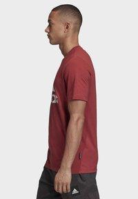 adidas Performance - MUST HAVES BADGE OF SPORT T-SHIRT - Camiseta estampada - red - 2