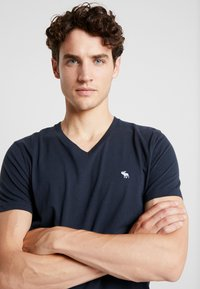 Abercrombie & Fitch - POP ICON NEUTRAL  - Basic T-shirt - navy - 4