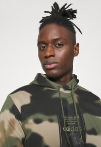 adidas Originals - CAMO HOODIE - Sweat à capuche - wild pine/multicolor/black - 3