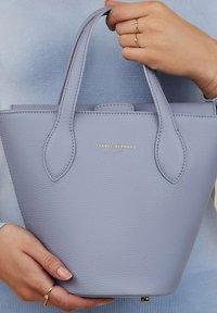 Isabel Bernard - Handbag - blau - 0