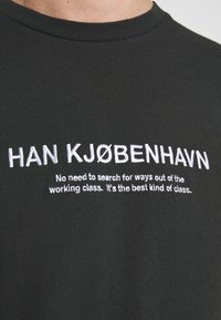 Han Kjobenhavn - ARTWORK TEE - Print T-shirt - faded black - 5