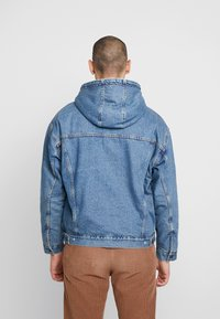 Levi's® - HOODED SHERPA TRUCKER - Allvädersjacka - blue denim - 2