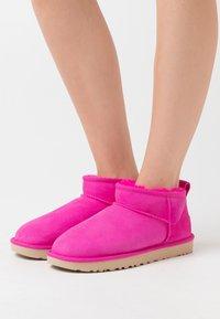 UGG - CLASSIC ULTRA MINI - Boots à talons - rock rose - 0