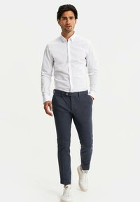 WE Fashion - HEREN SLIM FIT PANTALON - Trousers - dark blue - 1