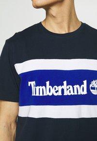 Timberland - CUT SEW COLORBLOCK TEE - T-shirt z nadrukiem - dark sapphire - 5