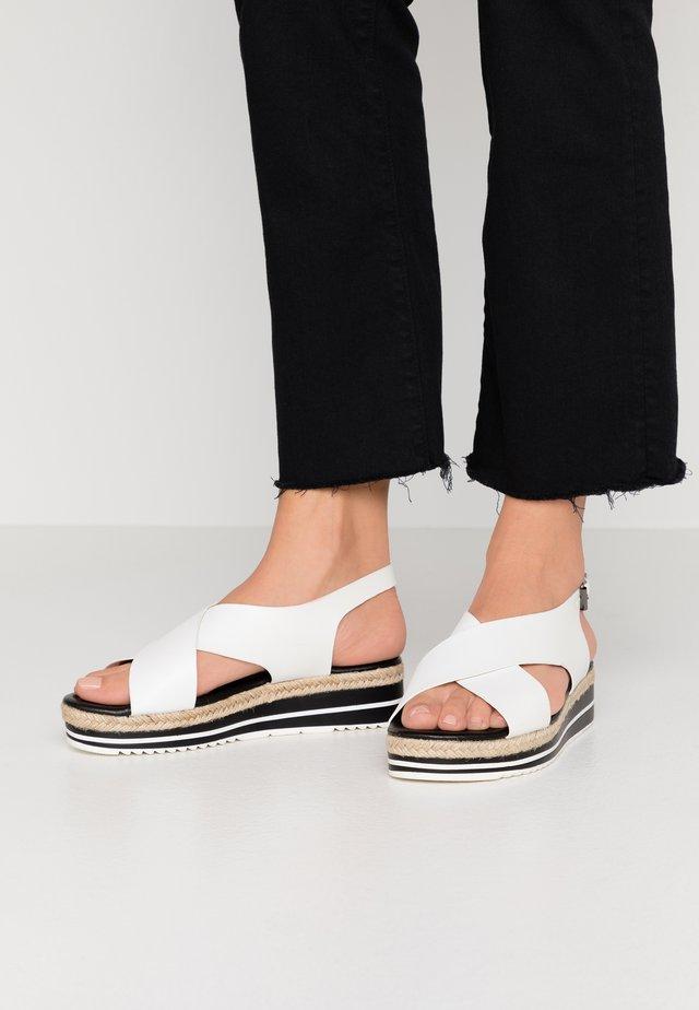 Korkeakorkoiset sandaalit - blanc