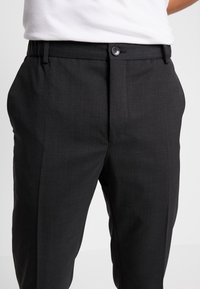 Calvin Klein Tailored - TRAVEL TAPERED PANT - Pantalon classique - anthracite - 4