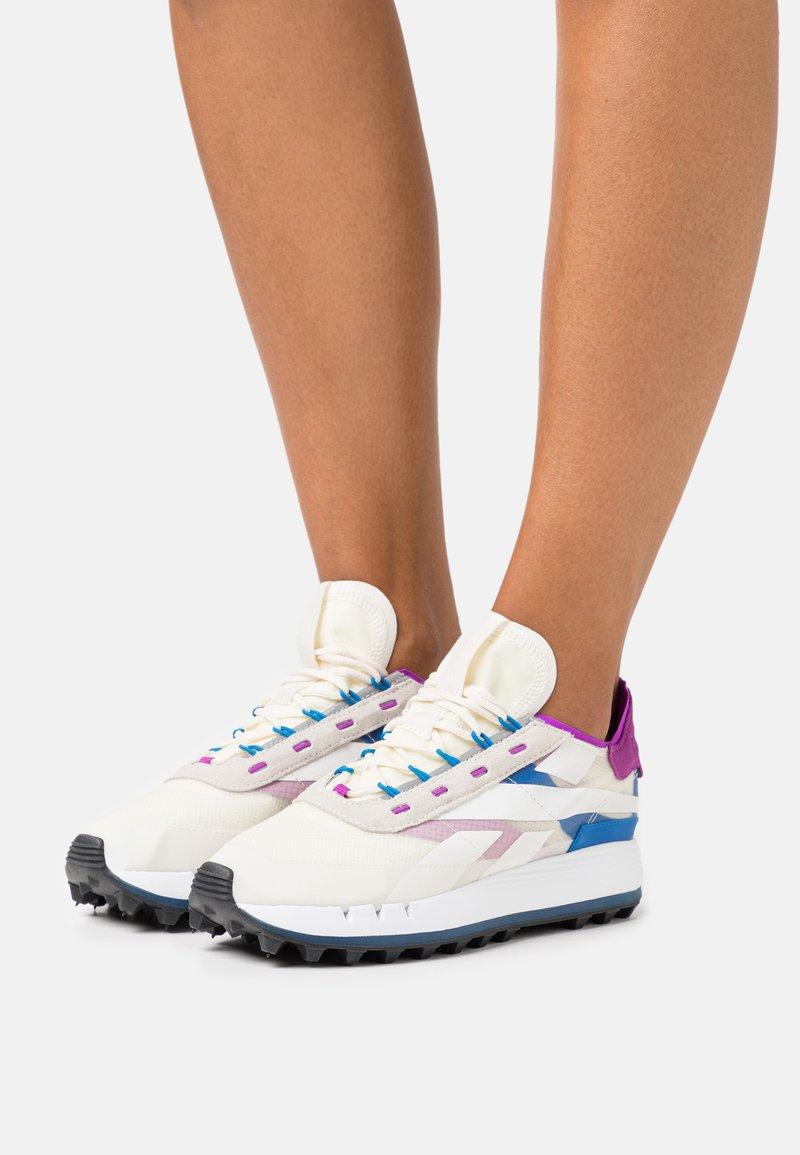 Reebok Classic - LEGACY 83 - Sneakersy niskie - chalk/dynamic blue/white