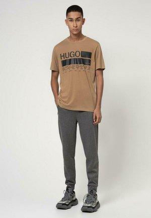 DANGRI - Print T-shirt - camel