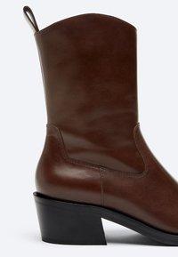 Uterqüe - FLACHE - Cowboy/biker ankle boot - brown - 4