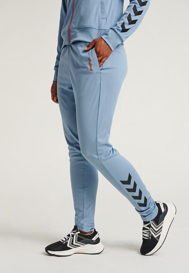 HMLZIBA TAPERED PANTS - Spodnie treningowe - faded denim