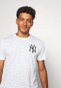 New Era - ALL OVER PRINT TEE NEW YORK YANKEES - Print T-shirt - white - 3