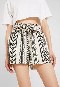 Vero Moda - Shorts - birch/black - 3