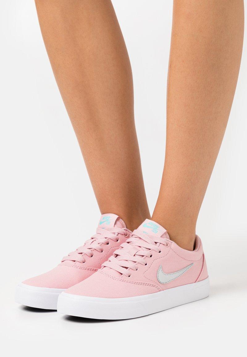 Nike SB - CHARGE - Joggesko - pink glaze/metallic silver/black/aurora green/white