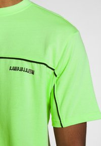 Mennace - CURVED PIPING - T-shirt imprimé - lime green - 5