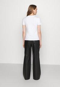 Proenza Schouler White Label - SOLID LOGO  - Print T-shirt - white - 2