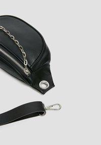 PULL&BEAR - MIT KETTENDETAIL - Bum bag - black - 4