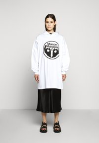 MM6 Maison Margiela - LOGO HOODIE DRESS - Žerzejové šaty - white - 1