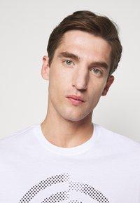 Michael Kors - TARGET TEE - Print T-shirt - white - 5