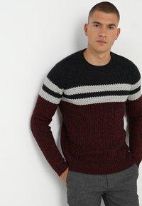 Only & Sons - ONSLAZLO STRIPED CREW NECK - Stickad tröja - cabernet - 0