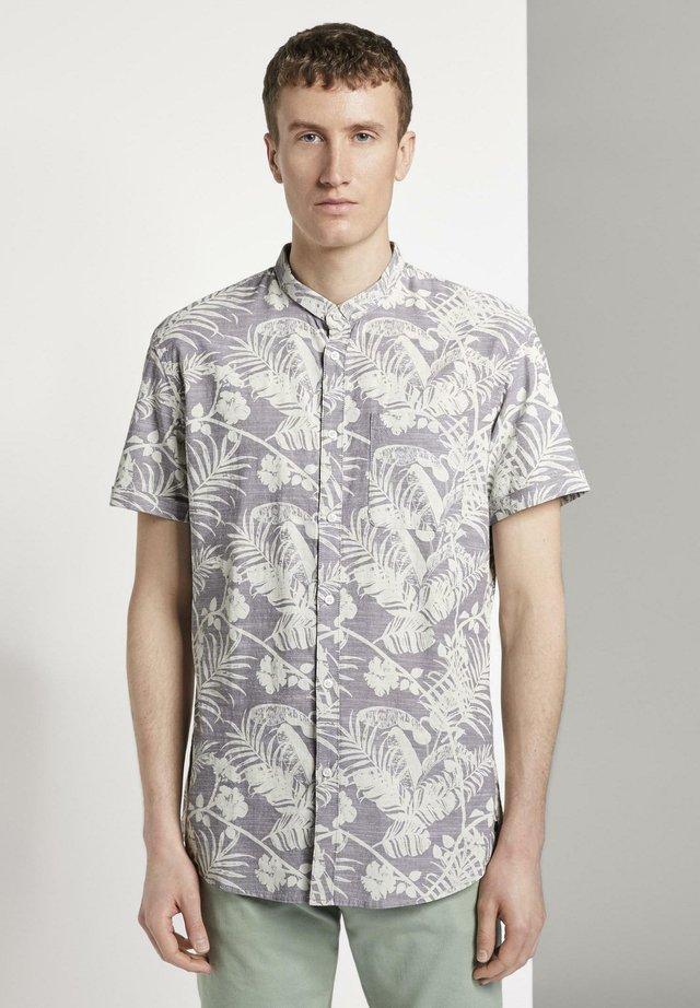 BLUSEN & SHIRTS GEMUSTERTES KURZARMHEMD MIT MAO-KRAGEN - Camisa - grey botanical yarn dye print