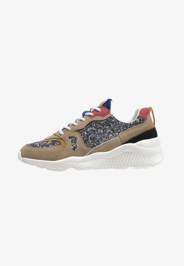 Sneakers laag - cast