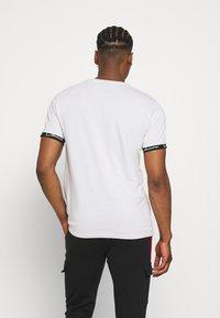 CLOSURE London - HIDDEN LOGOBAND FURY TEE - T-shirt imprimé - white - 2
